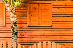 Windows i ściany zakrywający z drewnem. Obrazy Stock