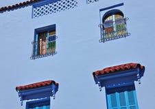 Windows i den historiska delen av Chefchaouen Arkivbild