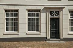 Windows i drewniany drzwi szara elegancka budynek fasada na słonecznym dniu w Weesp Zdjęcie Stock
