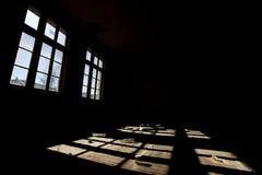 Windows i en övergiven skola royaltyfri bild