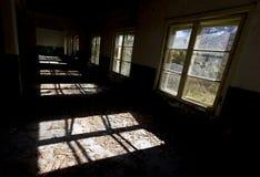 Windows i en övergiven skola arkivfoton