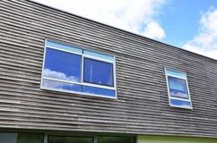 Windows i en modern byggnadsfasad Royaltyfria Foton
