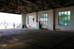 Windows i ett garage Arkivfoto