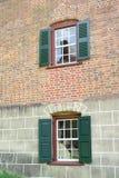 Windows i ett tegelstenhus Arkivfoto