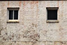 Windows i gammal vit tegelstenbyggnad Arkivfoto