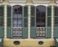 Windows i lägenhet för fransk fjärdedel Arkivfoto
