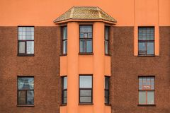 Windows i podpalany okno na fasadzie budynek mieszkaniowy Obraz Stock