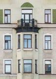 Windows i podpalany okno na fasadzie budynek mieszkaniowy z rzędu Obrazy Stock