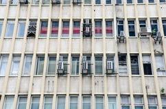Windows i powietrze uwarunkowywać jednostki na budynku biurowym Zdjęcie Royalty Free