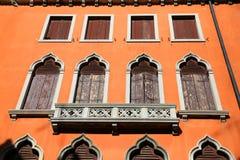 Windows i Venedig, Italien Royaltyfri Bild