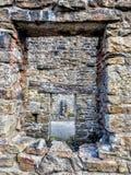 Windows im alten Steingebäude Lizenzfreie Stockfotos