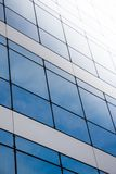 Windows im neuen Bürohaus Stockbild