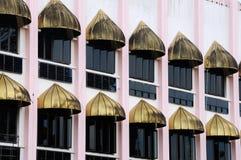 Windows Kuching Grodzki meczet a K masjid Bandaraya Kuching w Sarawak, Malezja Zdjęcie Stock