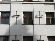Windows kwadratowy patern na starej fasadzie Obrazy Royalty Free