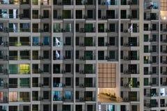 Windows la nuit Bâtiment de sommeil photos stock