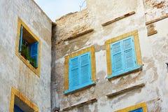 Windows med blåttslutare i Essaouira Fotografering för Bildbyråer