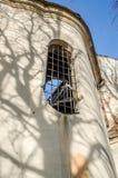 Windows med dekorativa raster och modeller på fördärvar av en gamla historiska Christian Church Royaltyfria Bilder