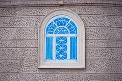 Windows med dekorativt järn arkivbilder