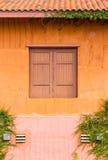 Windows med orange väggar Arkivbild