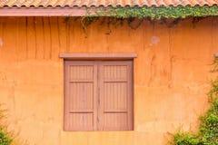 Windows med orange väggar arkivbilder