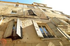 Windows med slutare i Avignon Royaltyfri Bild