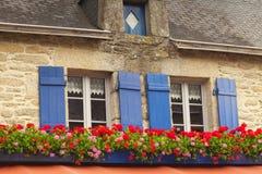 Windows med slutare och fönsteraskar Concarneau Brittany Franc arkivfoton