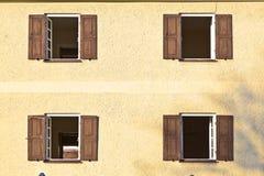 Windows med stänger med fönsterluckor Royaltyfri Bild