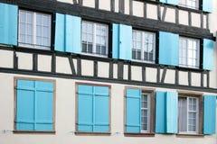 Windows mit blauen Blendenverschlüssen Lizenzfreies Stockfoto