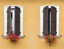 Windows mit Blumen in Italien Lizenzfreie Stockbilder