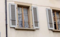 Windows mit Fensterläden lizenzfreie stockbilder