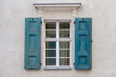 Windows mit geöffneten Blendenverschlüssen Stockfotografie
