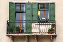 Windows mit grünen Vorhängen, Verona Lizenzfreie Stockfotografie