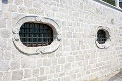 Windows mit Grill Lizenzfreie Stockfotos