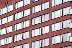 Windows mit Reflexion im Ziegelsteingebäude Stockbild