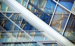 Windows mit Reflexion von Linien und von Quadraten Stockfotografie