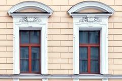 Windows mit weißem Stuck lizenzfreie stockfotos