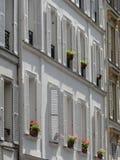 Windows mit weißen Blendenverschlüssen Stockfotos