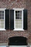 Windows, muro di mattoni, otturatori neri Fotografia Stock