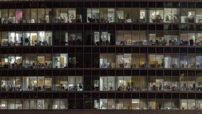 Windows na cidade internacional do centro de negócios dos arranha-céus no timelapse da noite, Moscou, Rússia video estoque