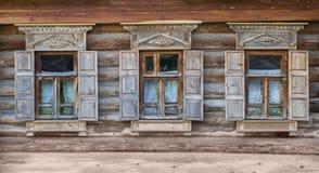 Windows na fasadzie Drewniany dom Obrazy Stock