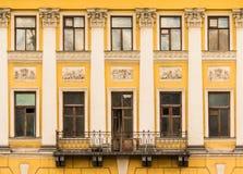 Windows na fileira e balcão na fachada da construção histórica Fotos de Stock