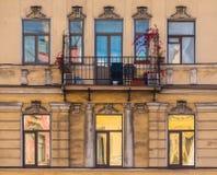 Windows na fileira e balcão na fachada da construção histórica Foto de Stock Royalty Free