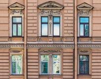 Windows na fileira na fachada da construção histórica Imagem de Stock