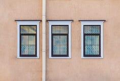 Windows na fileira na fachada da construção histórica Imagens de Stock Royalty Free