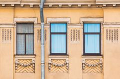 Windows na fileira na fachada da construção histórica Foto de Stock