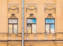 Windows na fileira na fachada da construção histórica Imagem de Stock Royalty Free
