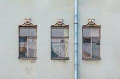 Windows na fileira na fachada da construção histórica Fotografia de Stock Royalty Free