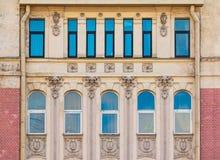 Windows na fileira na fachada da construção histórica Fotos de Stock Royalty Free