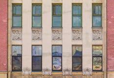 Windows na fileira na fachada da construção histórica Fotografia de Stock