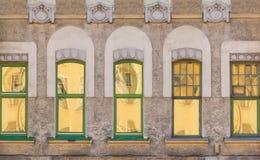 Windows na fileira na fachada da construção histórica Imagens de Stock
